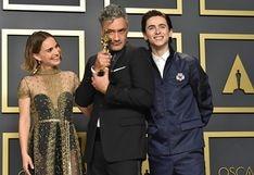 Taika Waititi gana el Oscar a Mejor guion adaptado por Jojo Rabbit y lo esconde bajo una butaca [VIDEO]