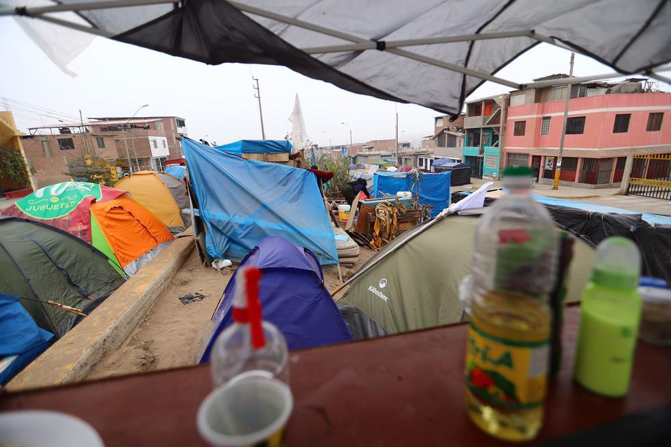 Cientos de familias que fueron desalojadas hace 21 días de la zona de Lomo de Corvina, en el distrito de Villa El Salvador, continúan acampando la intemperie en las vías del distrito por no contar con una vivienda a la cual trasladarse. (Foto: Hugo Curotto / @photo.gec)