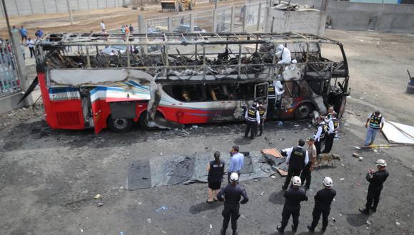 Peritos inspeccionan el bus incendiado en Fiori. (Foto: Giancarlo Ávila   GEC)