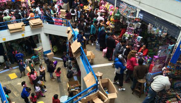 LATENTE PELIGRO. Pasadizos y salidas de emergencia de las tiendas están obstruidos con mercadería. (Luis Gonzales)