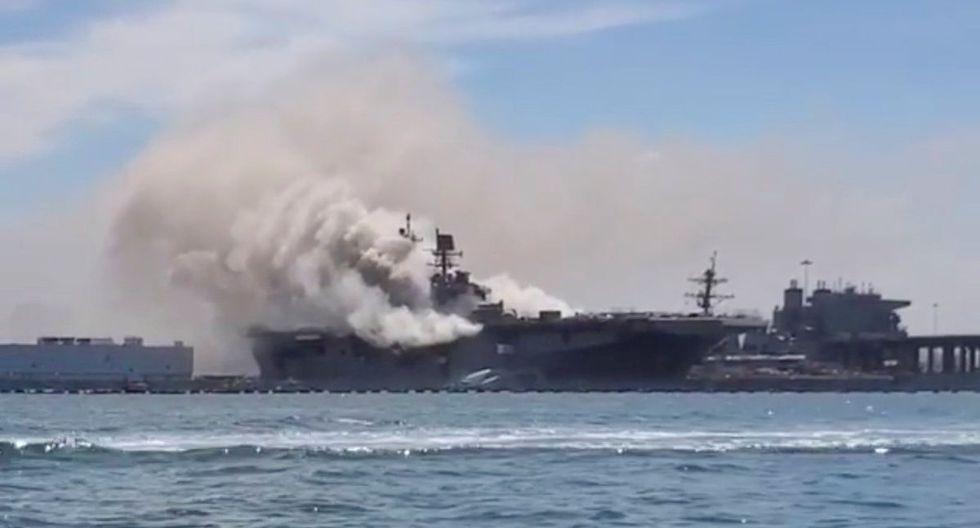 El buque de la Armada de EE.UU. USS Bonhomme Richard arde este domingo después de que se escuchara una explosión, informaron en su cuenta de Twitter los bomberos de la ciudad de San Diego, California. (Reuters/Charisma Emralino).