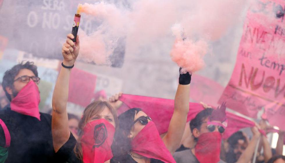 Miles de mujeres protestan contra los ultraconservadores en las calles de Verona. (Foto: Reuters)