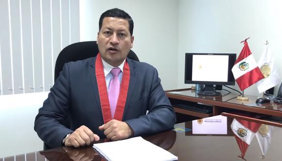EN ESPERA. Fiscal Omar Tello hace larga la entrega de documentos.