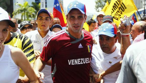 CONTRA RELOJ. Henrique Capriles y una carrera en busca de votos. (Reuters)