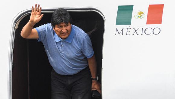 El expresidente boliviano Evo Morales saluda al aterrizar en la Ciudad de México, el 12 de noviembre de 2019. (PEDRO PARDO / AFP).
