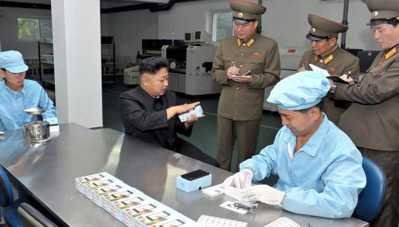 Kim Jong-un inspeccionando el embalaje del Arirang. (AFP)
