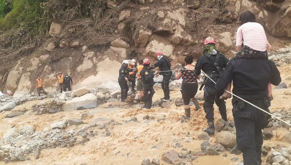 Piura: policías y soldados formaron una cadena humana; provistos de sogas ayudaban a trasladar a las personas de un caserío a otro. (Foto: PNP)