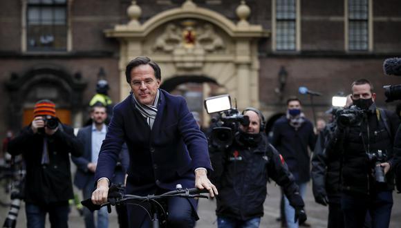 Luego de la conferencia de prensa donde anunció su renuncia y la de los ministros, el jefe de Gabinete, Mark Rutte, se retiró montado su bicicleta. (Foto: AFP)