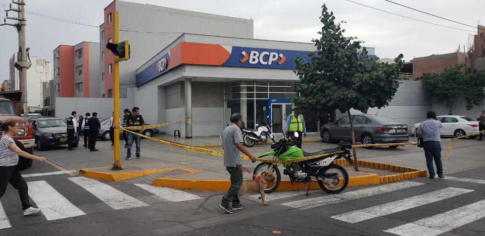 Dos delincuentes roban 3 mil dólares a cambista en avenida Benavides. (Joseph Angeles)