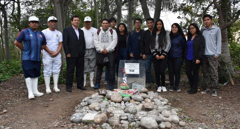 La lápida fue ubicada en el jardín posterior del comedor universitario, el lugar donde está enterrada Olga, nombre colocado en un inicio a la mascota. (Facebook/UNMSM)