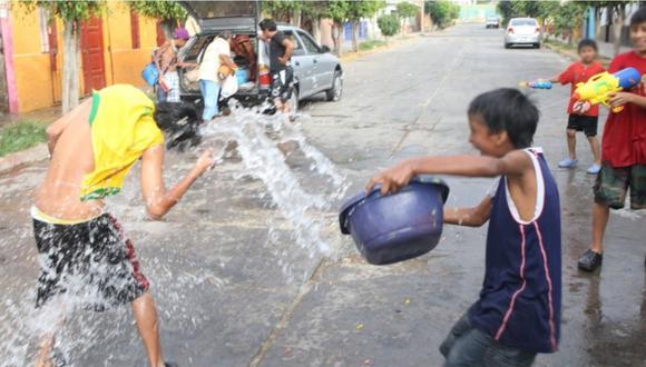 Una persona que juega carnavales puede malgastar, en promedio, 160 litros de agua. (GEC)