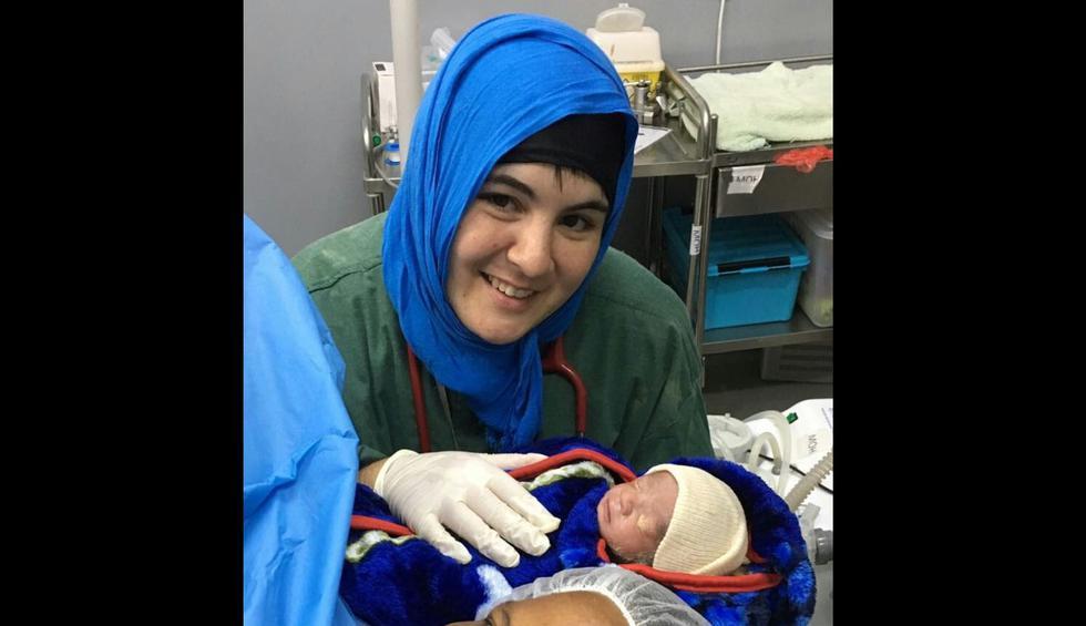 Vera, con un bebé recién  nacido en Abs, Yemen, 2016. (Foto: Médicos Sin Fronteras)