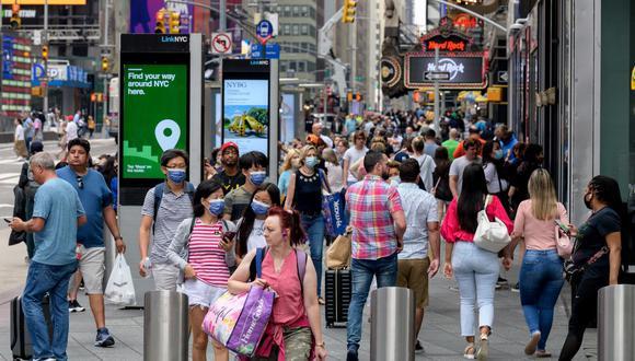 La gente camina por Times Square el 13 de julio de 2021 en la ciudad de Nueva York, que registra aumento de casos de coronavirus. (Angela Weiss / AFP).