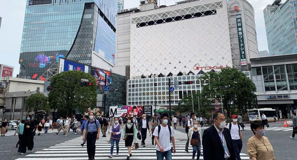 Imagen referencial. En la imagen, personas son vistos cruzando una avenida en Tokio, Japón. (EFE/Antonio Hermosín).