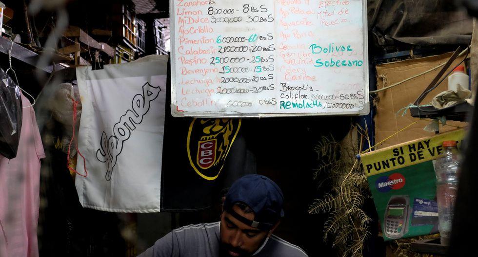 Los comerciantes han cambiado los precios de frutas y verduras con la nueva denominación de Bolívar soberano. (Reuters)
