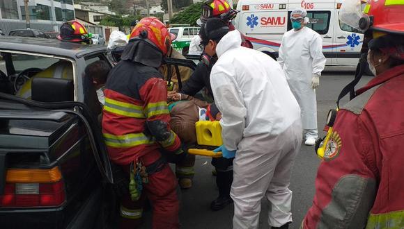 Rescatan a hombre que quedó inmovilizado tras sufrir un aparatoso choque.