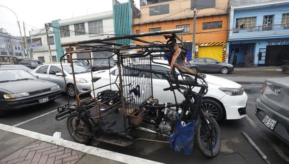 Así quedó la mototaxi de un delincuente que fue quemado por los vecinos de la avenida San Pablo en La Victoria. (GEC)