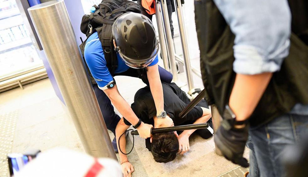 Policía usa gas pimienta en incidentes con manifestantes en aeropuerto de Hong Kong. (Foto: AFP)