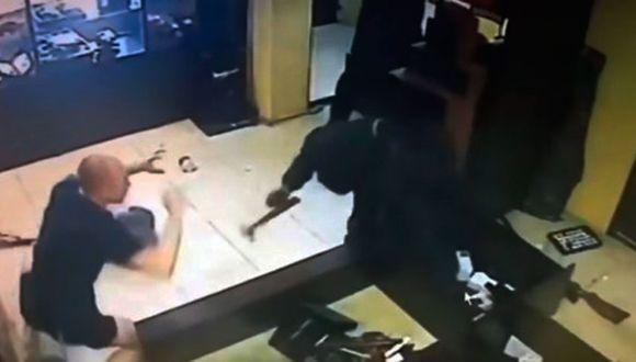 El delincuente golpeó con su arma los escaparates con joyas para sustraerlas y luego atacó sin contemplaciones a los empleados del lugar. (Captura: YouTube)