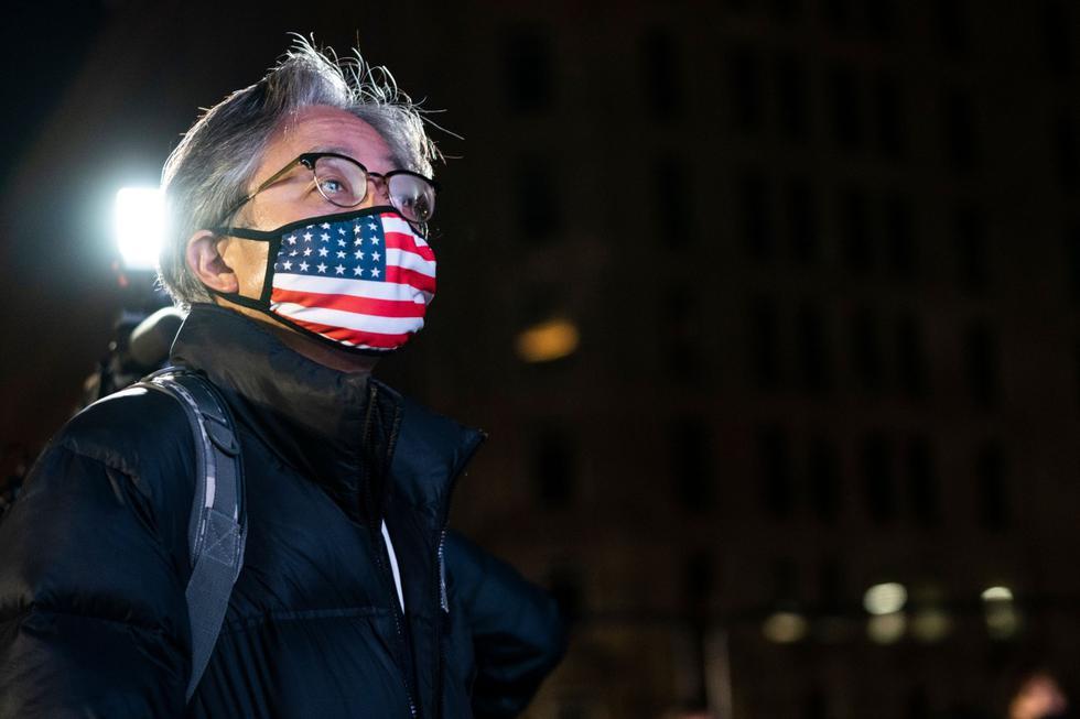 Una gran cantidad de simpatizantes del candidato demócrata, <b>Joe Biden</b>, que se congregaron cerca de la Casa Blanca para la jornada electoral del martes pasaron de un ambiente festivo con música a la tensión absoluta, a medida que avanzaba la noche y las pantallas comenzaban a mostrar resultados decepcionantes. (AFP / Alex Edelman).