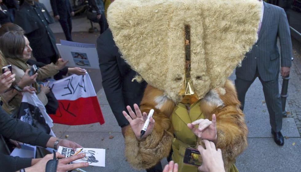 Lady Gaga acaparó las cámaras al aparecer con una máscara gigante y peluda a las afueras de un hotel en Berlín. (EFE)