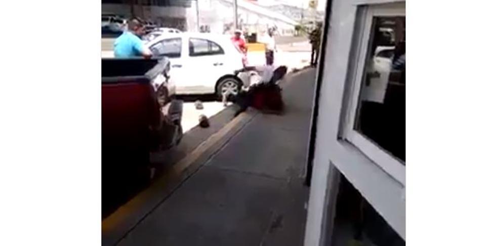 Hombre dio paliza a sujeto que golpeó brutalmente a perro callejero en México. (Facebook)
