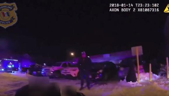 Policía de Cleveland tuvo que transportar al herido, ya que la ambulancia nunca llegaría. (Youtube)