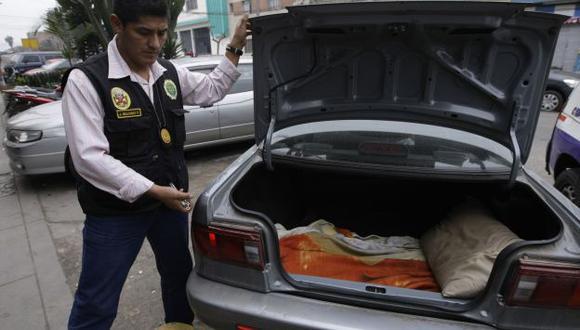 Los delincuentes habían acondicionado una especie de cama en la maletera de un auto para secuestrar a sus víctimas. (R. Cornejo)