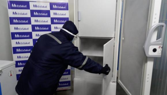 EsSalud Ica pone en funcionamiento congeladora ultra baja temperatura para fortalecer cadena de frío de las vacunas contra el COVID-19. (Foto: EsSalud)