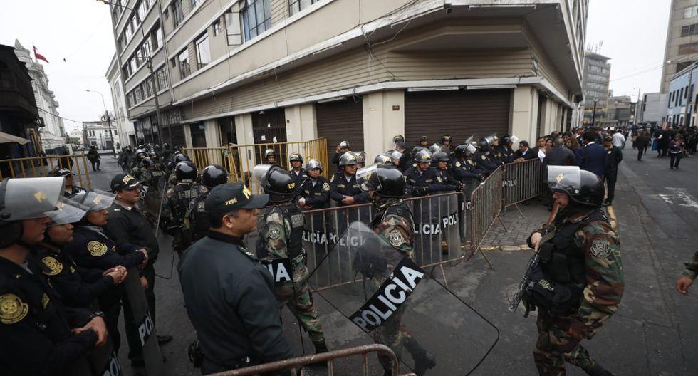 Al mismo tiempo, la policía resguardaba las inmediaciones del Congreso y de la Plaza Bolívar. (Foto: GEC)