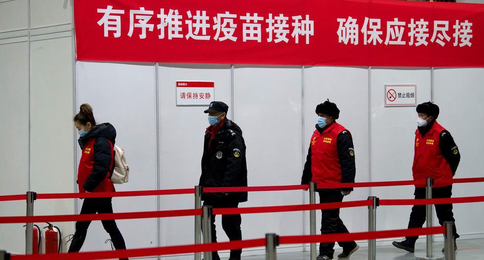 Las personas llegan para ser inoculadas con una vacuna contra el coronavirus en el Museo de Planificación Urbana Chaoyang, en Beijing (China), el 15 de enero de 2021. (Noel Celis / AFP).
