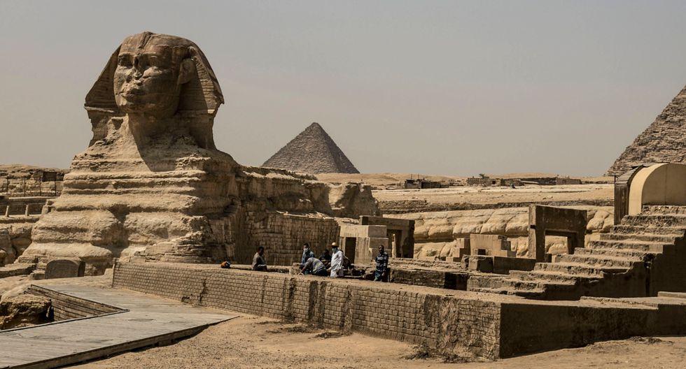 El complejo monumental de las pirámides de Guiza, una de las maravillas de la humanidad, fue fumigado el miércoles como parte de los trabajos de desinfección en Egipto para luchar contra la expansión del coronavirus. (AFP).