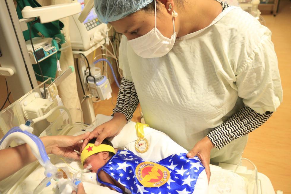 30 bebés prematuros recibieron trajes y bodies de superhéroes para celebrar el 'Día Internacional del Prematuro'. (HRDL)