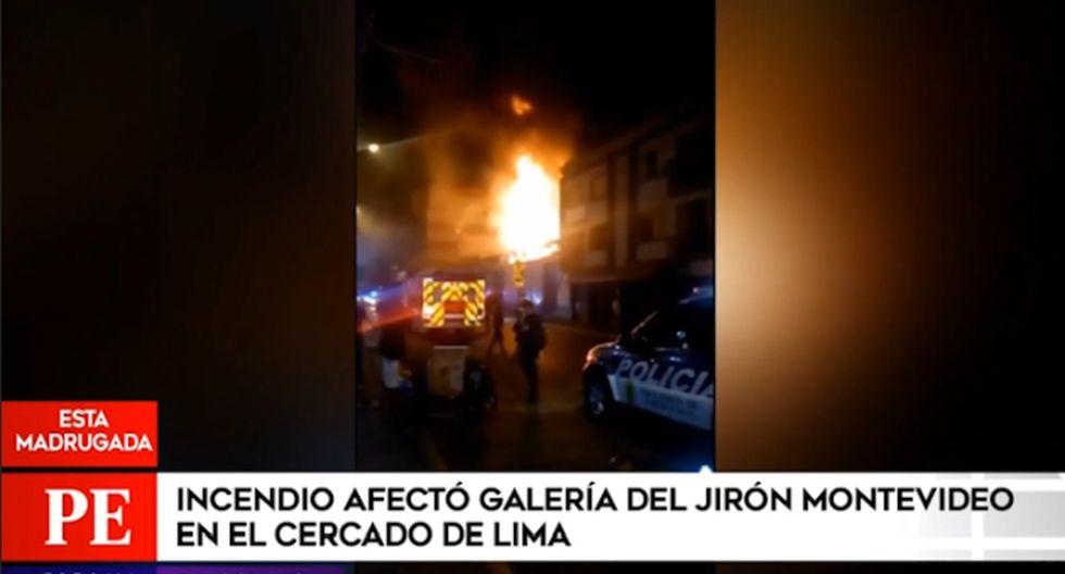 Diez unidades de los Bomberos Voluntarios del Perú acudieron a la zona para atender la emergencia. Al menos seis stands fueron afectados. (Captura: América Noticias)