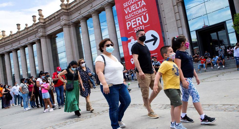 La comunidad peruana residente en Cataluña hizo largas colas alrededor del recinto ferial de Montjuic en Barcelona, para ejercer el voto en la segunda vuelta de las elecciones presidenciales. (EFE/ Enric Fontcuberta).