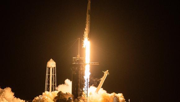 El cohete Falcon9 despegó a la hora prevista, las 20:02 locales desde la mítica área de lanzamiento 39A del Centro Espacial Kennedy en Florida, en medio de una bola de fuego que iluminó la noche. (Foto: CHANDAN KHANNA / AFP)