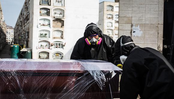 Según el Minsa, en mayo de este año,  3.510 perdieron la vida por COVID-19. (Foto: EFE/ Sergi Rugrand)