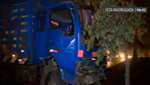 Un camión azul iba a ser remolcado de regreso a Lima cuando fue impactado por otro camión. (América TV)