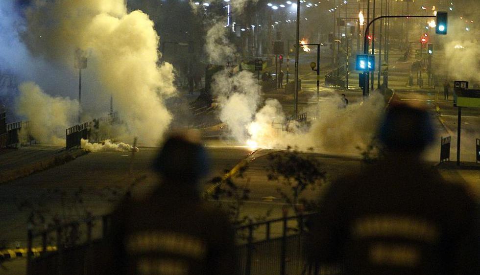 Un bus del transporte público fue quemado en el barrio de Puente Alto. (EFE)