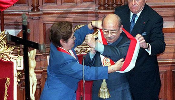 Momento clave en que Luz Salgado, vicepresidenta del Congreso, le entrega la banda presidencial al doctor Valentín Paniagua, en la tarde del 22 de noviembre de 2000. (Foto: GEC Archivo Histórico)