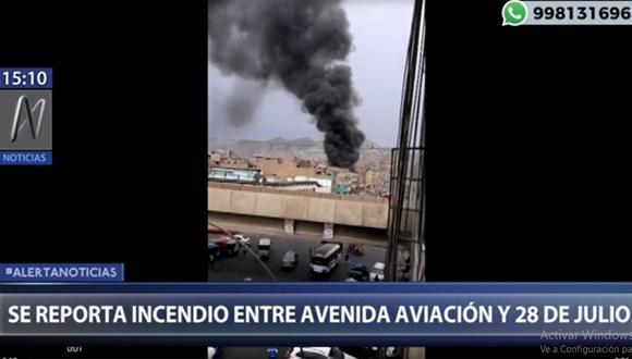 Más de 12 unidades de los Bomberos tratan de controlar el incendio en La Victoria. (Foto: Canal N)