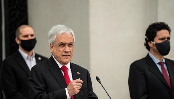 Fotografía cedida por la Presidencia que muestra al mandatario de Chile, Sebastián Piñera, durante el discurso por el 47 aniversario del golpe de Estado de Augusto Pinochet, hoy en la sede del Gobierno, el Palacio de La Moneda, en Santiago. (EFE/Presidencia).