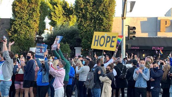 Miembros de la comunidad LGTBIQ celebran la victoria de Joe Biden en West Hollywood, uno de los epicentros de la comunidad LGTBQ en Los Ángeles y en todo Estados Unidos. (Foto: Javier Romualdo)