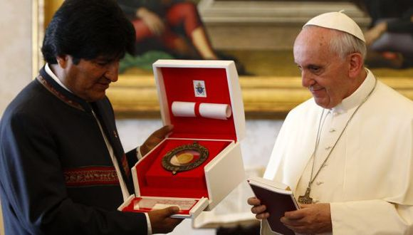 Papa Francisco y Evo Morales intercambiaron presentes. (Reuters)