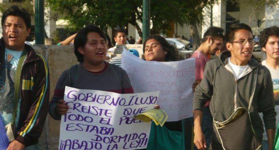 Régimen laboral juvenil: Jóvenes seguían llegando a la Plaza San Martín pasadas las 5:00 p.m. (Chinn De La Cruz/Perú21)