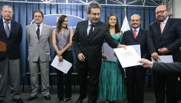 EXPECTATIVA. El premier Jiménez junto al jurado del concurso. (David Vexelman)