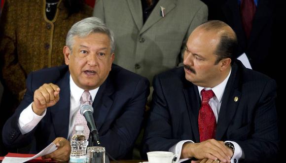El presidente Andrés Manuel López Obrador al lado del exgobernador detenido César Duarte, en una imagen que data del 2008.  (Foto:  LUIS ACOSTA / AFP)