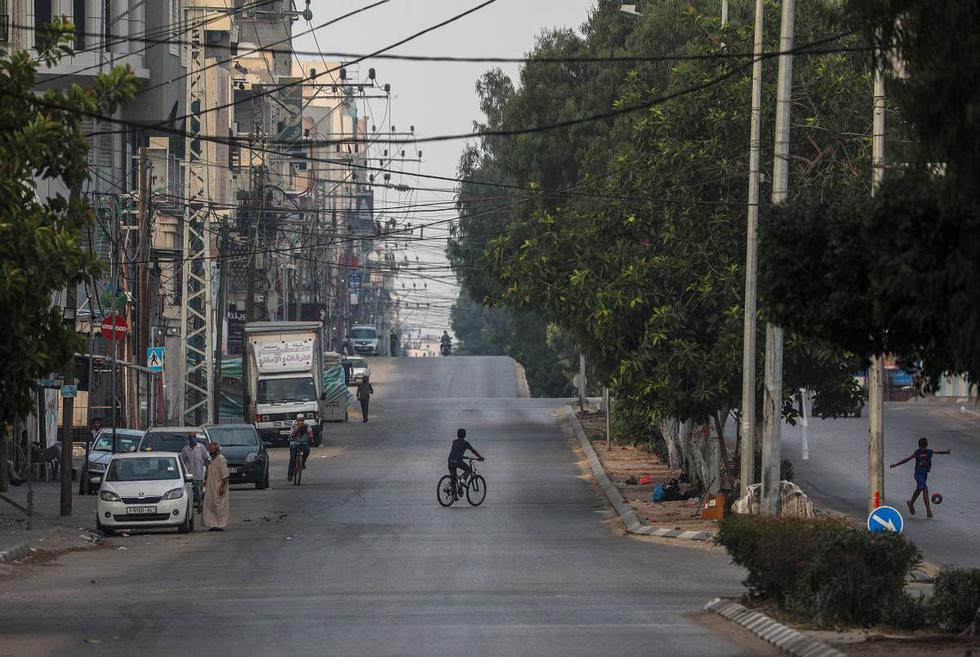 Solo unas pocas personas están en una calle casi vacía en la ciudad de Gaza. Foto del 4 de setiembre de 2020. (EFE/EPA/MOHAMMED SABER).