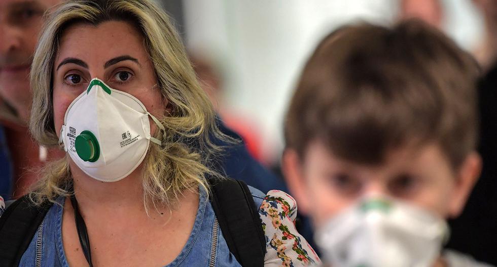 Imagen referencial de marzo 2020. Los pasajeros que usan máscaras como medida de precaución para evitar contraer el nuevo coronavirus, COVID-19, llegan en un vuelo desde Italia al aeropuerto internacional de Guarulhos, en Guarulhos, Sao Paulo, Brasil. (Foto: AFP).