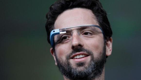 Sergey Brin, cofundador de Google, usando un prototipo del dispositivo. (Internet)